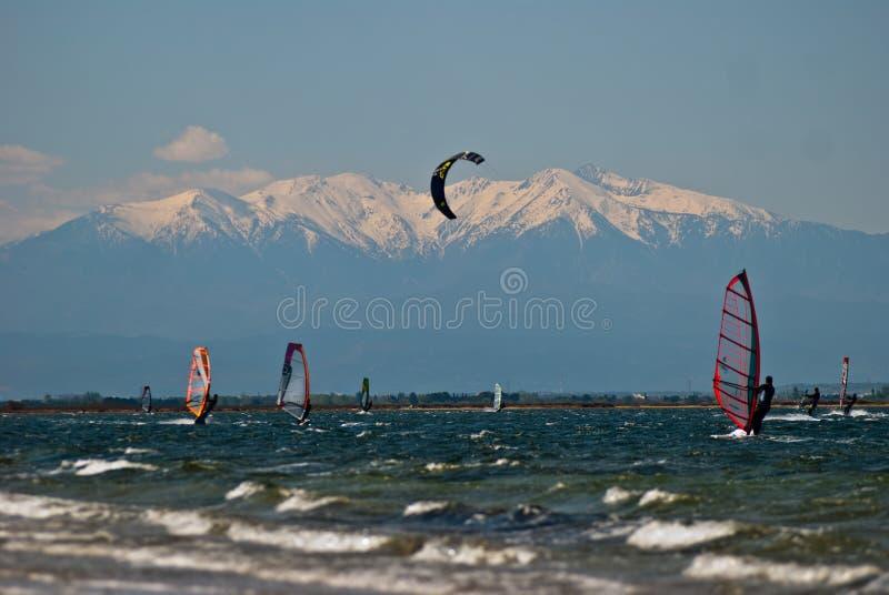 Kitesurfing przed Mont Canigou, Leucate obraz royalty free