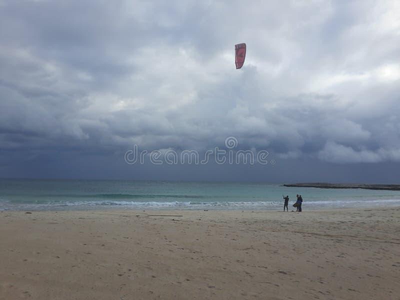 Kitesurfing przy plaży obrazy stock
