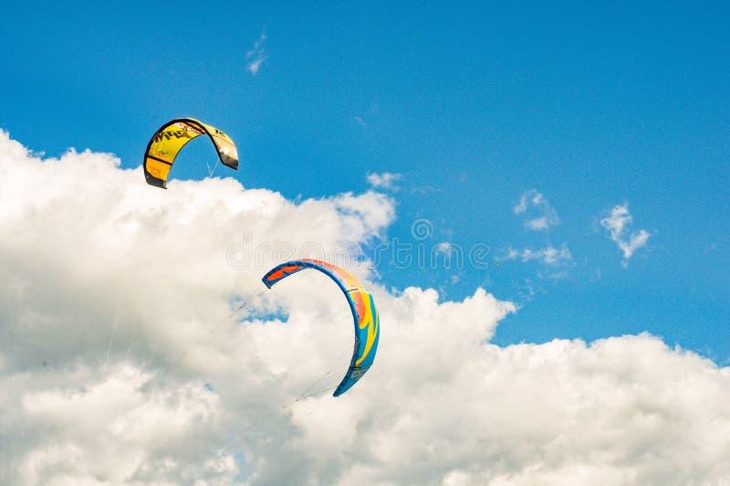 Kitesurfing utomhus- aktivitet extrema sportar arkivbilder