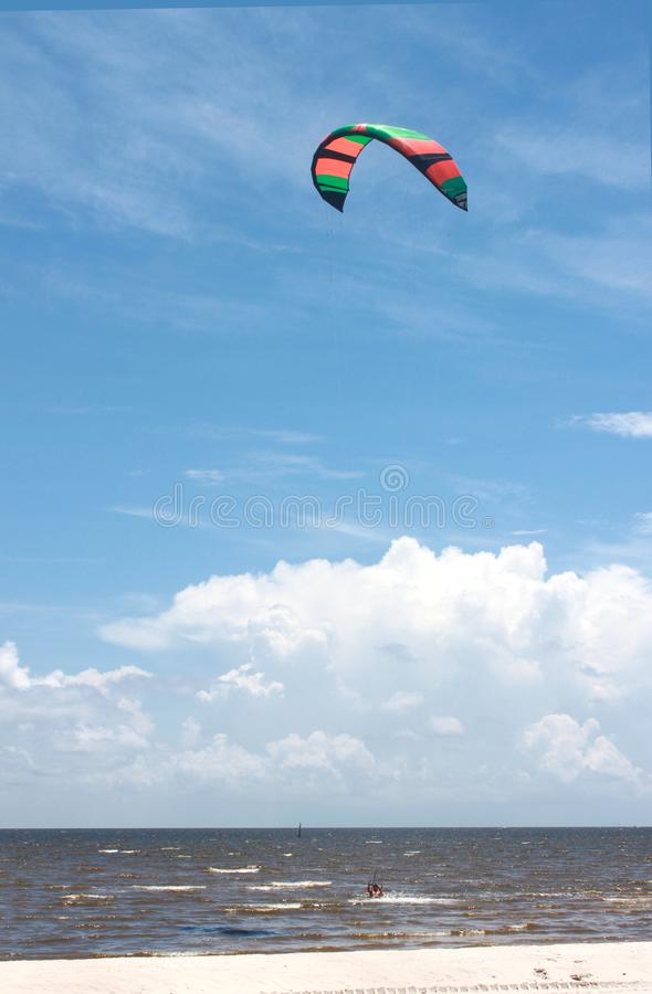 Kitesurfing w oceanie z Alabama na zatoce meksykańskiej przed puszystymi chmurami w niebieskim niebie obrazy stock
