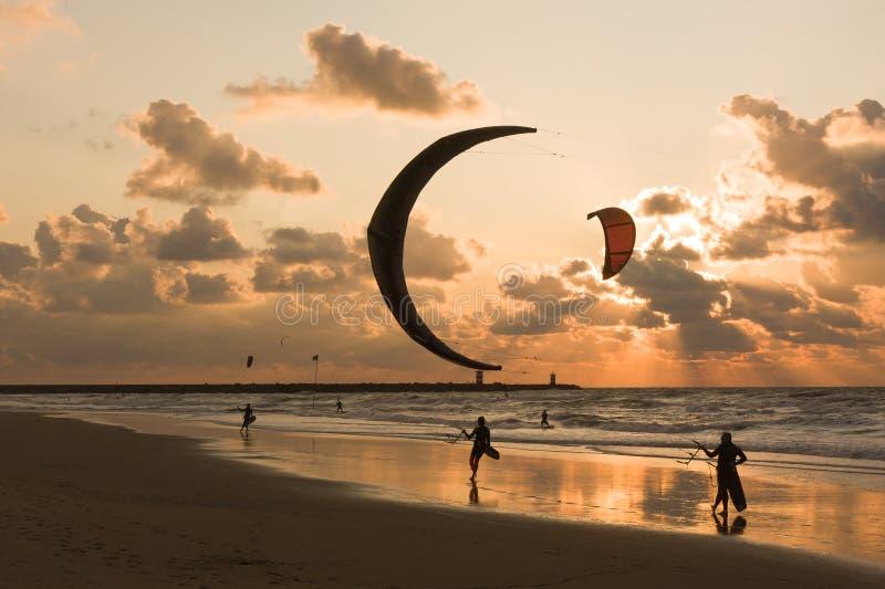Kitesurfing w wieczór przy Holenderską plażą zdjęcia stock