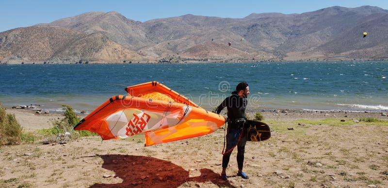 Kitesurfkerel die vlieger nemen stock afbeeldingen