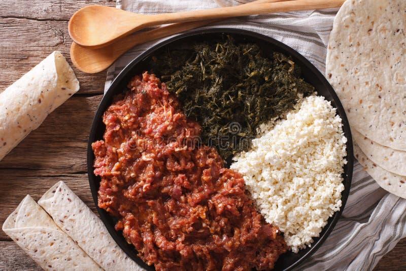 Kitfo etíope: carne de vaca adobada con las hierbas y el primer a del queso imagenes de archivo
