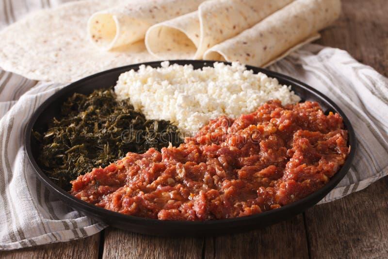 Kitfo etíope de la comida: carne de vaca adobada con las hierbas y cierre del queso imagen de archivo libre de regalías