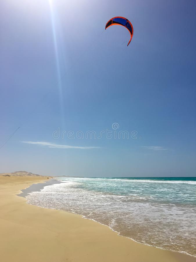 Kiting em Praia de Chaves fotos de stock royalty free