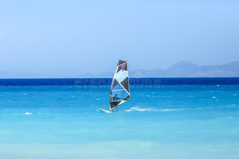 Kiting en el mar imagenes de archivo