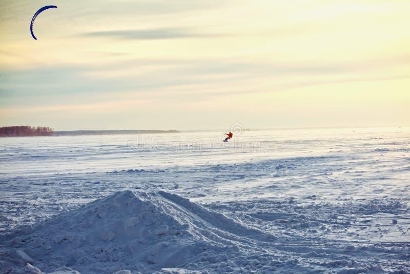 Kiting en una snowboard en un lago congelado fotos de archivo