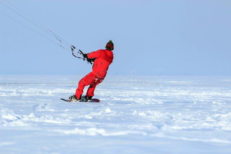 Kiting en una snowboard en un lago congelado imagen de archivo