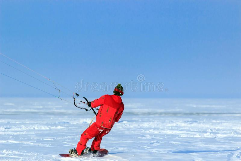 Kiting en una snowboard en un lago congelado fotos de archivo libres de regalías