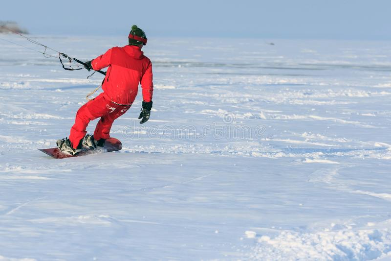 Kiting en una snowboard en un lago congelado imágenes de archivo libres de regalías