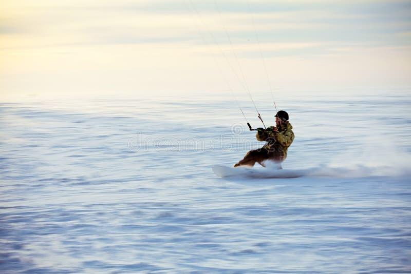 Kiting na snowboard na zamarzniętym jeziorze obrazy royalty free