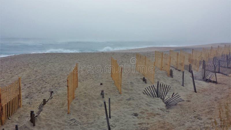 Kitty Hawk Beach Barrier Fence im Nebel lizenzfreie stockfotografie