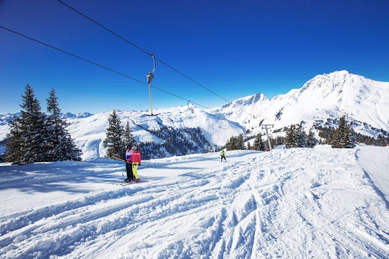 KITZBUEHEL, AUSTRIA, Luty 17, 2016 - narciarki na narciarskim dźwignięciu cieszy się widok mgłowi Alps w Austria i pięknym śnieżn obrazy royalty free