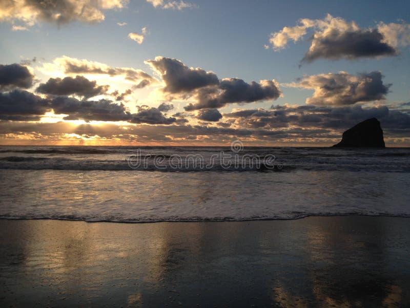 Kiwanda Oregon strand med härlig solnedgånghimmel royaltyfria bilder
