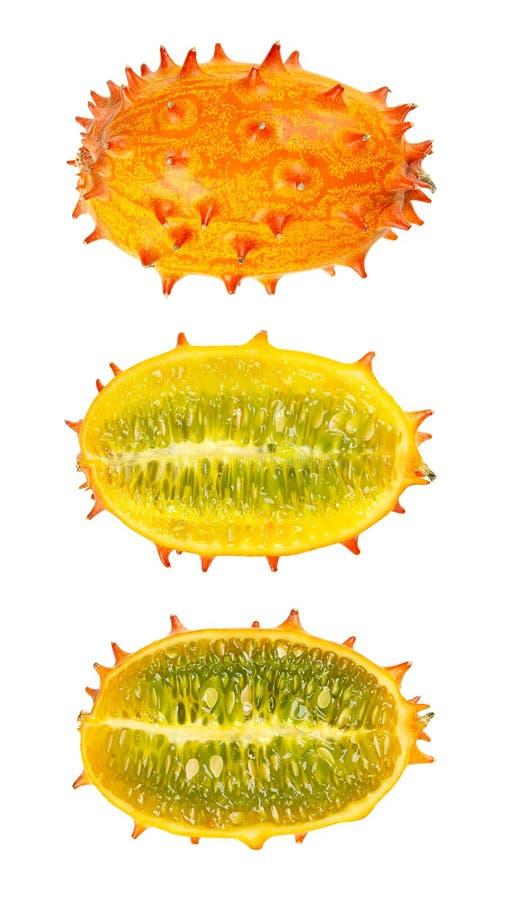 Kiwano, κερασφόρο πεπόνι, ολόκληρα και μισά φρούτα που απομονώνονται πέρα από το λευκό στοκ εικόνες