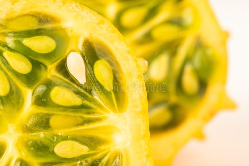 Kiwano oder gehörntes Melone Cucumis metuliferus schnitten zur Hälfte auf dem weißen lokalisierten Hintergrund lizenzfreie stockfotografie