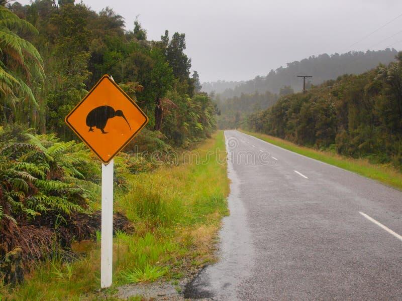 Kiwi-Überfahrt kennzeichnen herein Regen lizenzfreies stockbild