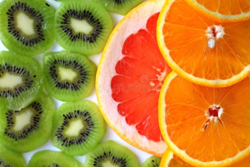Kiwi affettato con una fetta di cibo sano delle arance e dei pompelmi fotografia stock