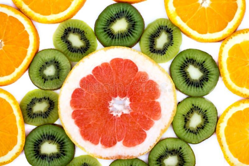 Kiwi affettato con una fetta di cibo sano delle arance e dei pompelmi fotografia stock libera da diritti