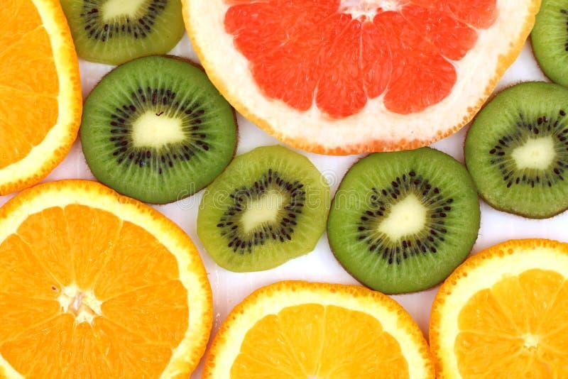 Kiwi affettato con una fetta di cibo sano delle arance e dei pompelmi fotografie stock libere da diritti