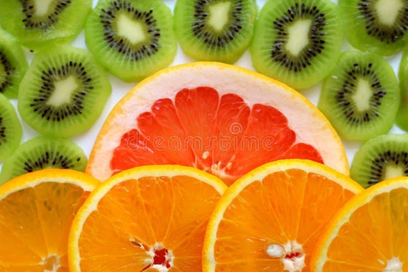 Kiwi affettato con una fetta di cibo sano delle arance e dei pompelmi immagine stock libera da diritti