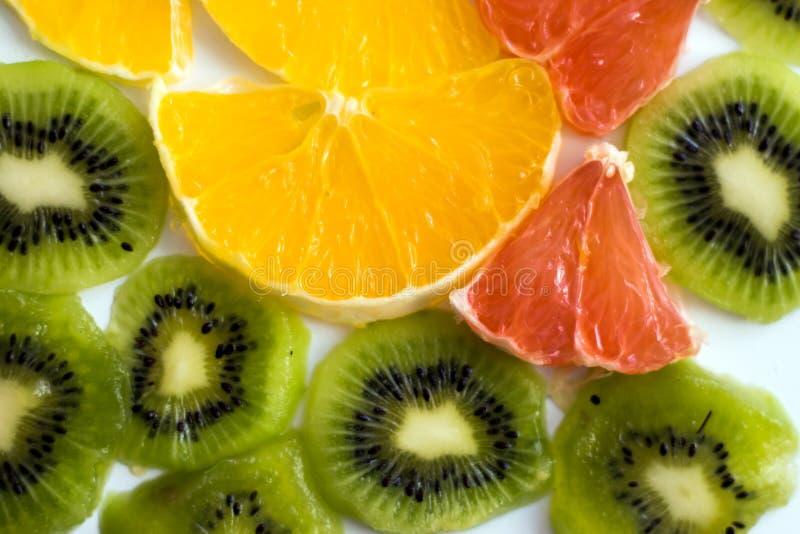 Kiwi affettato con una fetta di cibo sano delle arance e dei pompelmi immagini stock libere da diritti