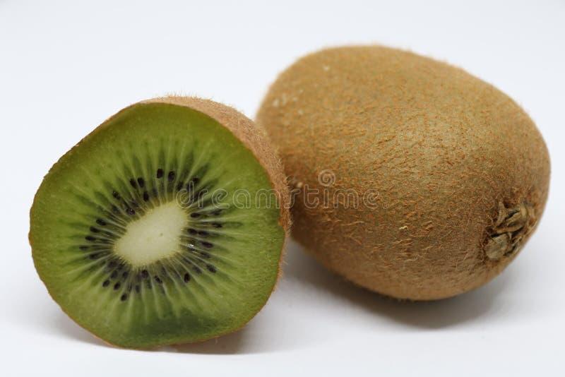 Kiwi affettato isolato su bianco fotografie stock