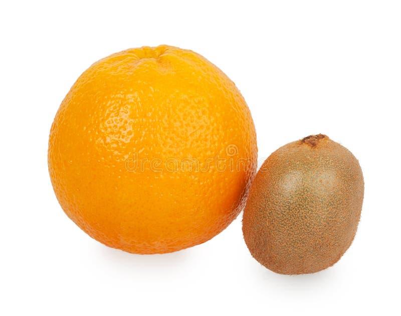 Kiwi anaranjado y pequeño entero grande imagenes de archivo