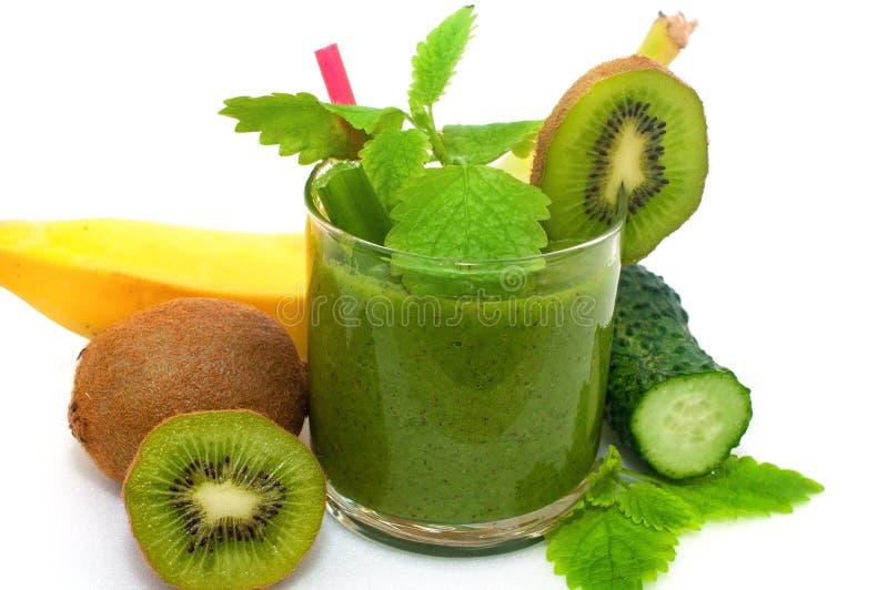Kiwi, banan, äpple och ny gräsplansmoothie för detox som rentvår kroppen på ett vitt arkivfoton
