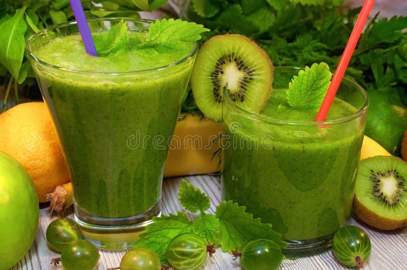 Kiwi, banana, jabłczanego i świeżego zieleni smoothie dla detox czyścić, obrazy stock