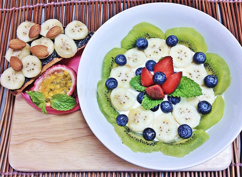 Kiwi, Blaubeeren, Erdbeeren, Bananen und Maracuja mischten Jogurt lizenzfreie stockbilder