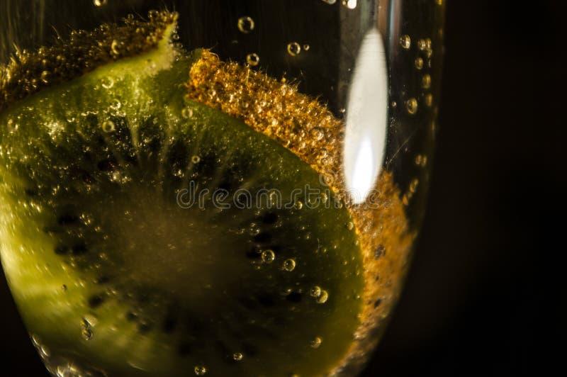 Kiwi in champagne royalty-vrije stock afbeelding