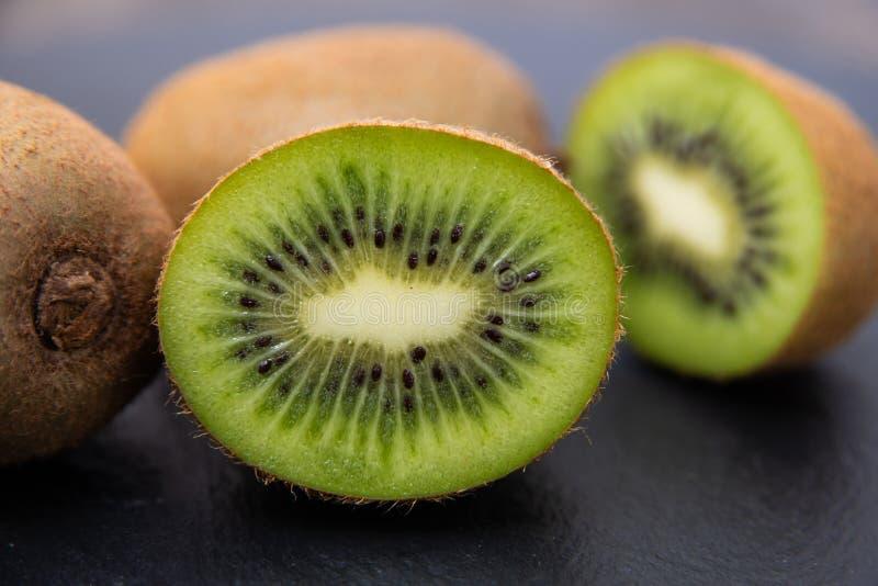 Kiwi die in de helft wordt gesneden Zoete rijpe vruchten royalty-vrije stock afbeeldingen