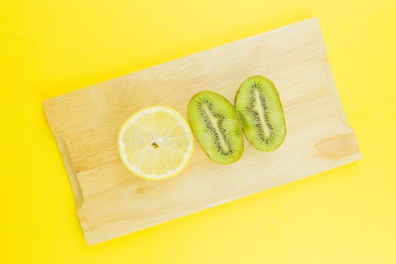 Kiwi e limone succosi del fondo della frutta fresca fotografie stock