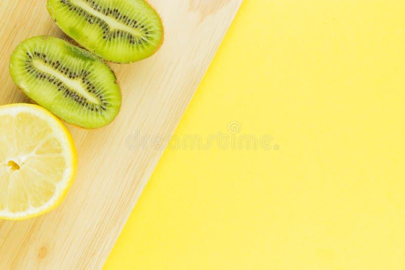 Kiwi e limone succosi del fondo della frutta fresca fotografia stock libera da diritti