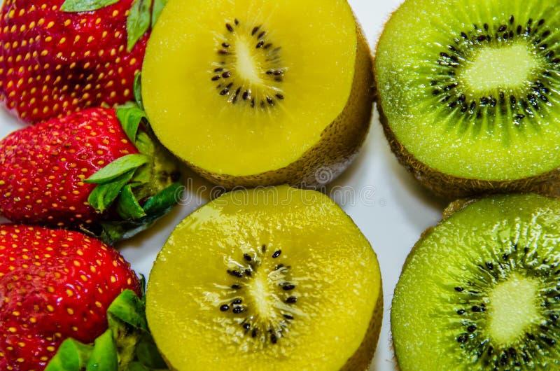 Kiwi en aardbeien stock afbeelding