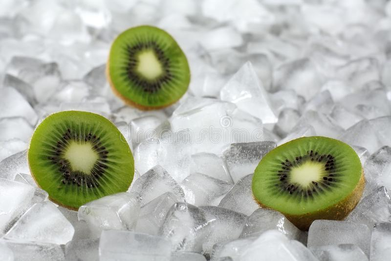 Kiwi en el hielo fotos de archivo libres de regalías