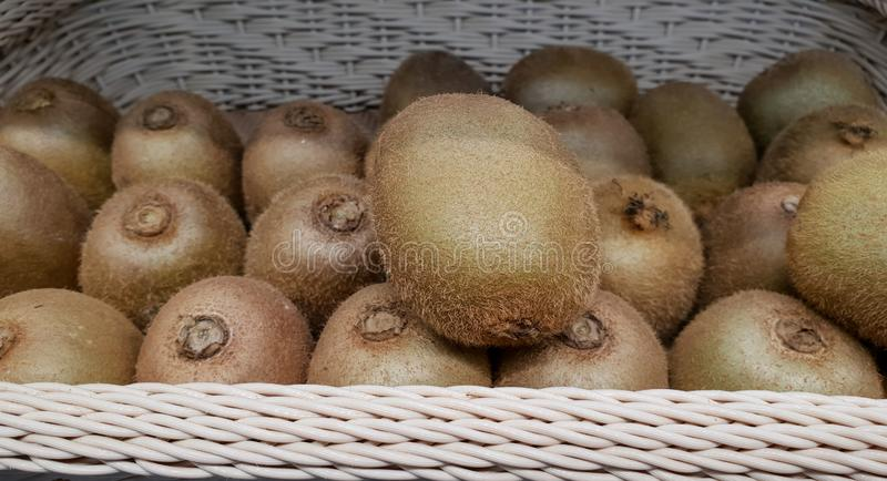 Kiwi en la cesta en el mercado imágenes de archivo libres de regalías