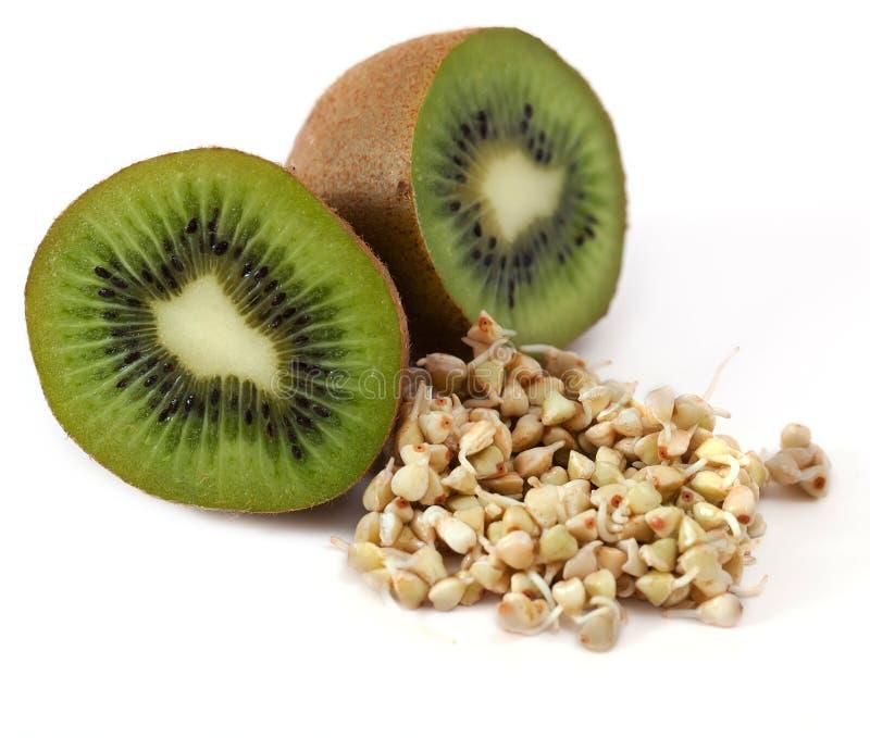 Kiwi en spruiten en een zeer nuttig boekweit stock afbeelding