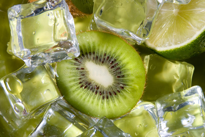 Kiwi et limette avec de la glace photos stock