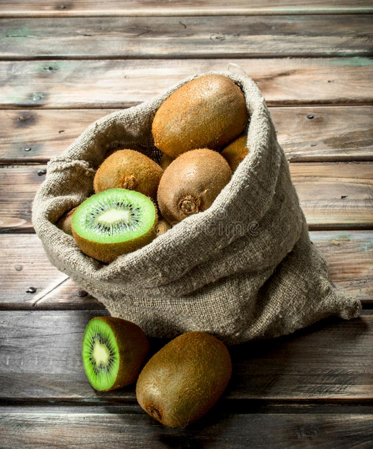 Kiwi fresco in un sacco fotografie stock