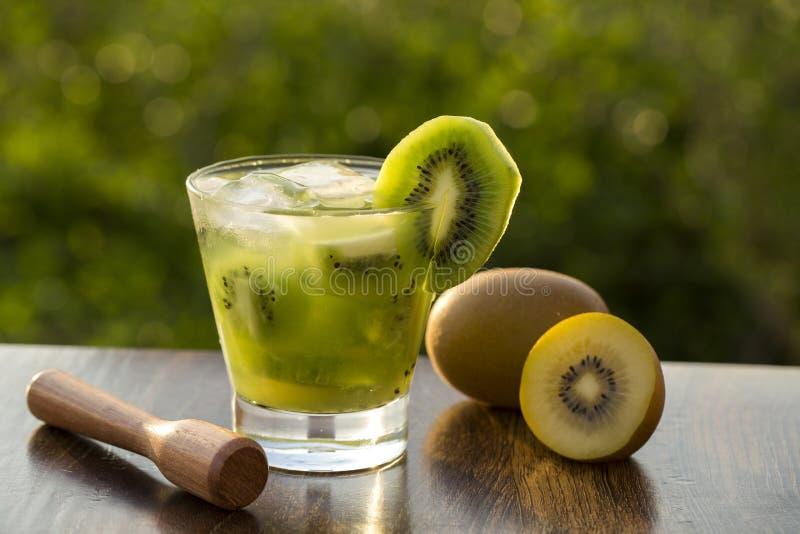 Kiwi Fruit Caipirinha av Brasilien i grön oskarp bakgrund royaltyfri bild