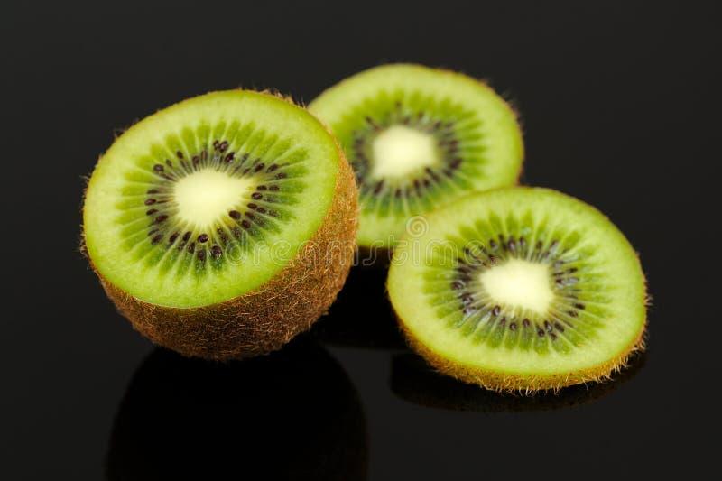 Kiwi Fruit Slices en fondo negro foto de archivo libre de regalías