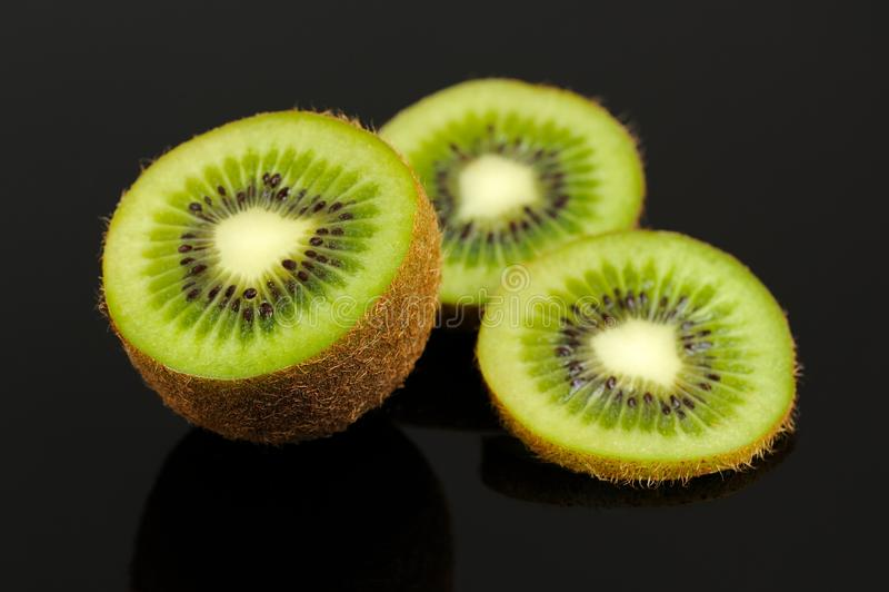 Kiwi Fruit Slices op Zwarte Achtergrond royalty-vrije stock foto