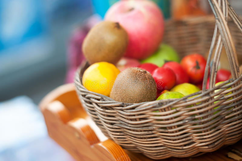 Kiwi Fruits i korg med mjukt ljus royaltyfri fotografi