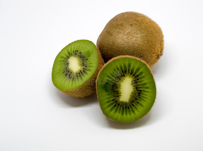 Kiwi Fruits met gesneden stukken was geïsoleerd royalty-vrije stock fotografie
