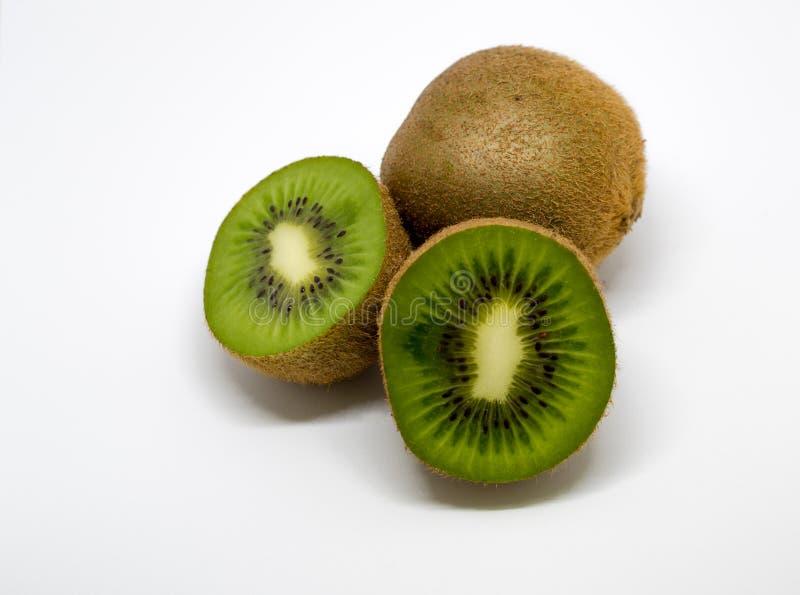 Kiwi Fruits mit geschnittenen Stücken wurde lokalisiert lizenzfreie stockfotografie