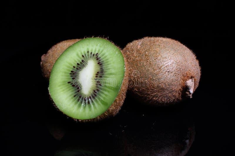 Kiwi kiwi i przyrodni kiwi na czarnym tle Pracowniana fotografia obraz stock