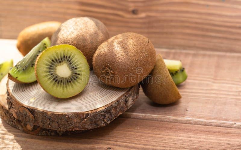 Kiwi maduro sabroso en la tabla foto de archivo