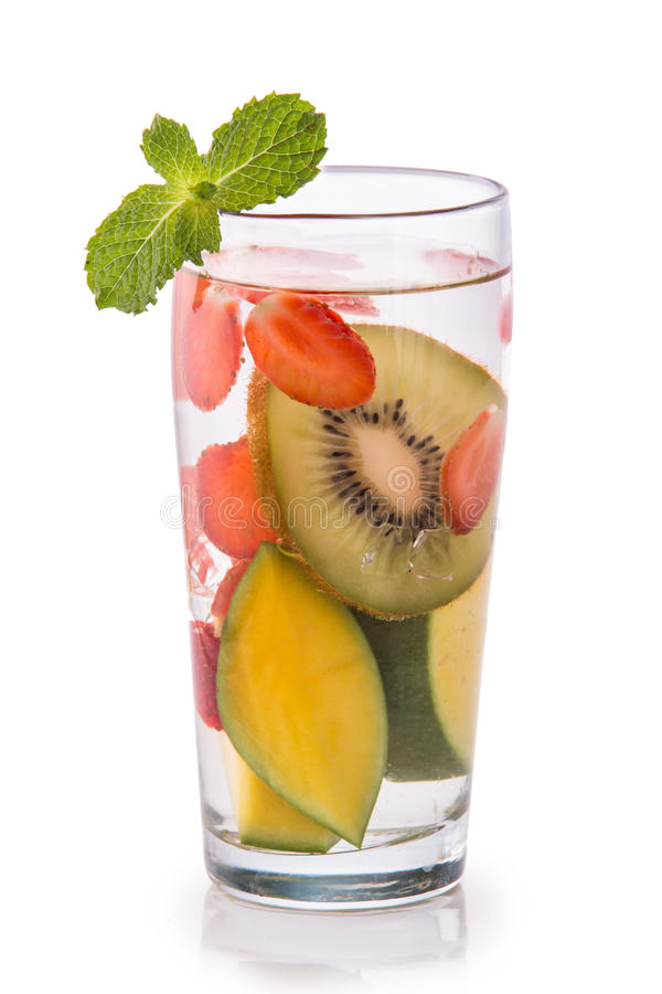 Kiwi, mango e fragola infusi dell'acqua della frutta fresca OV isolato fotografie stock